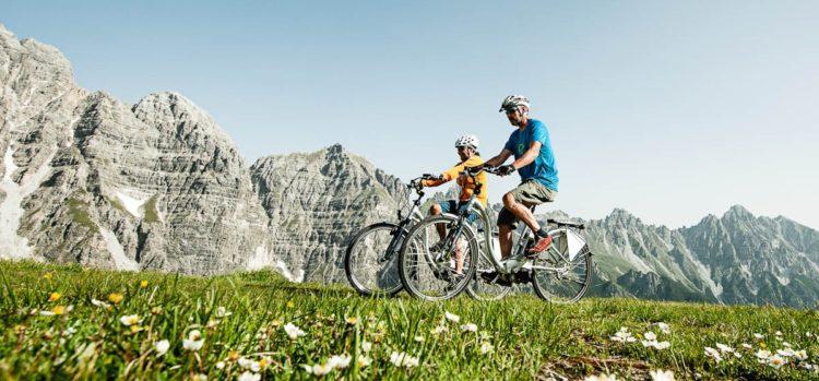 l Tirolo in sella a un'e-bike. E a luglio il 1° E-bike Festival