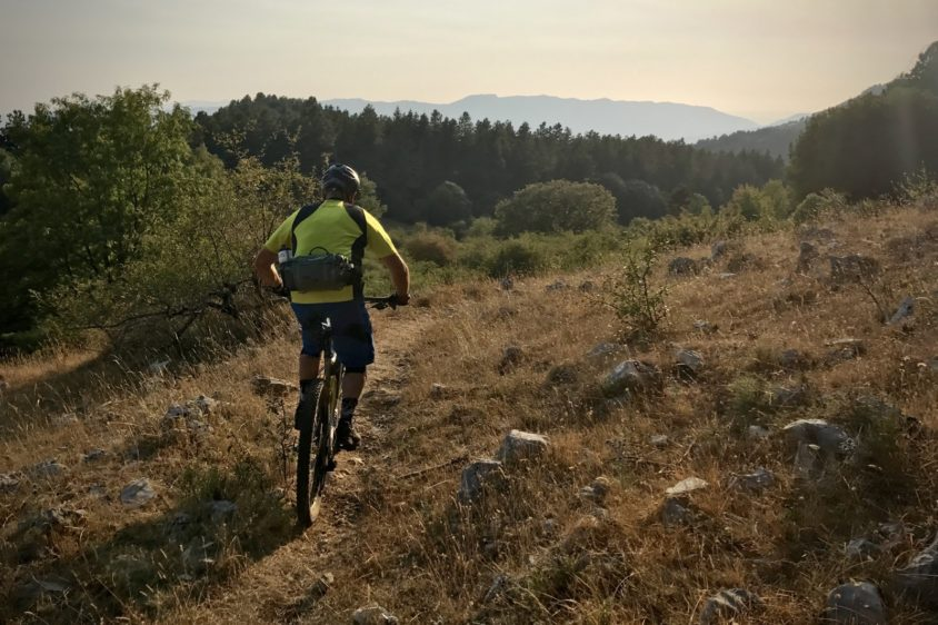 Salita in single track con una e-bike