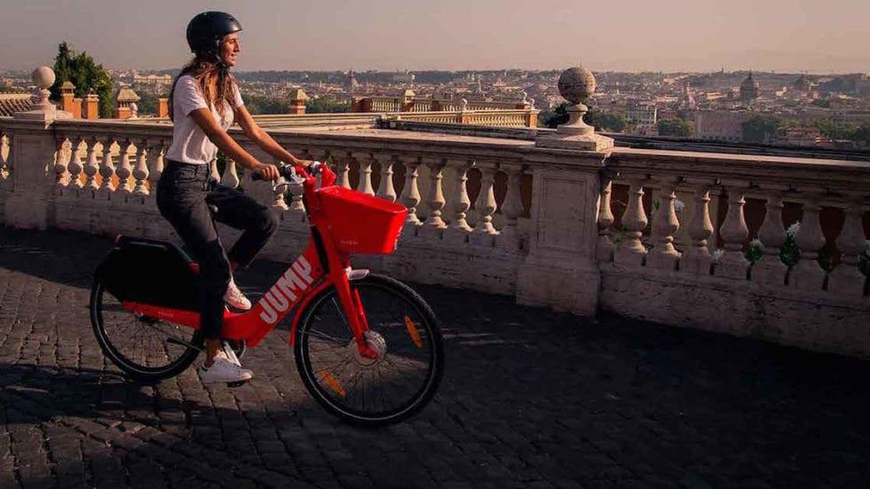 VIDEO – Bike-sharing elettrico: a Roma Uber lancia il servizio Jump